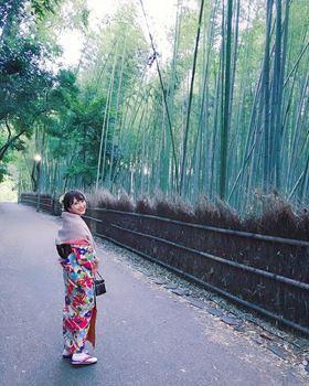 和服竹林小徑漫步